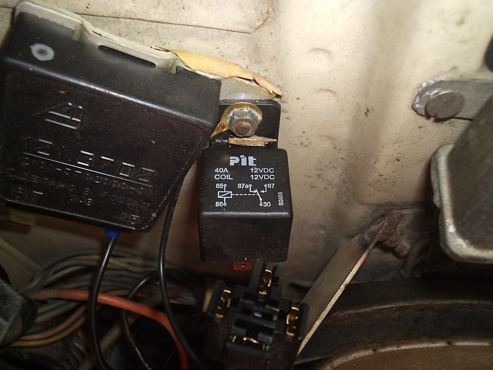 Фото №1 - где находится реле зарядки на ВАЗ 2110