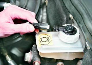 Фото №3 - замена бачка тормозной жидкости ВАЗ 2110
