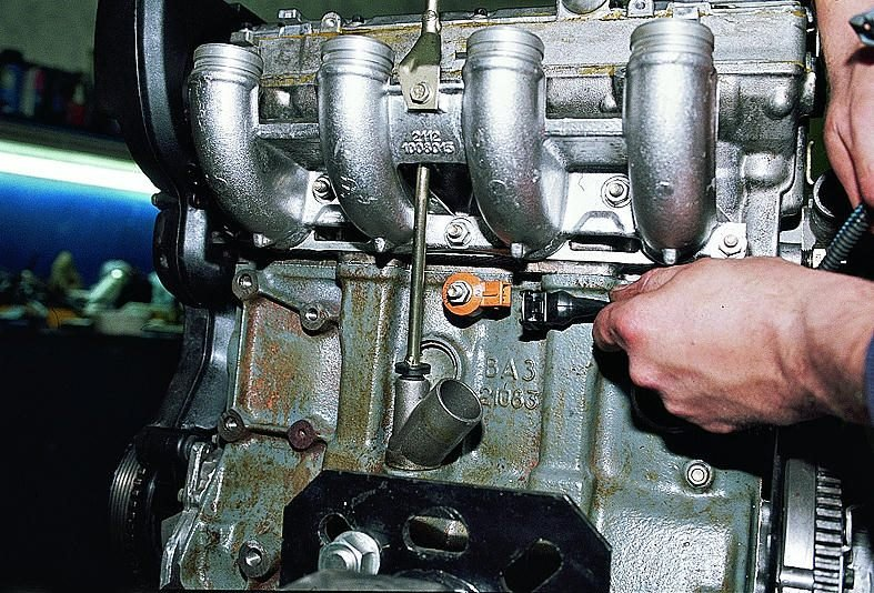 Фото №1 - как поменять датчик детонации ВАЗ 2110