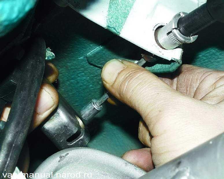 Фото №22 - замена тросика ручника ВАЗ 2110