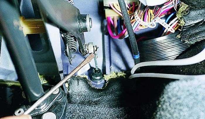 Фото №4 - как смазать тросик сцепления ВАЗ 2110
