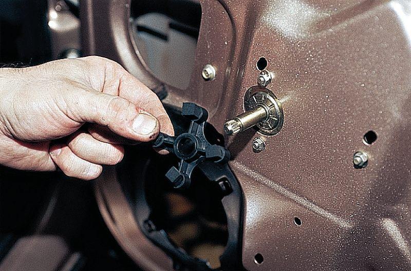 Фото №1 - ВАЗ 2110 замена кнопки стеклоподъемника