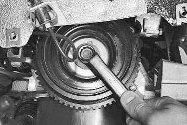 Фото №4 - как открутить болт на шкиве коленвала ВАЗ 2110