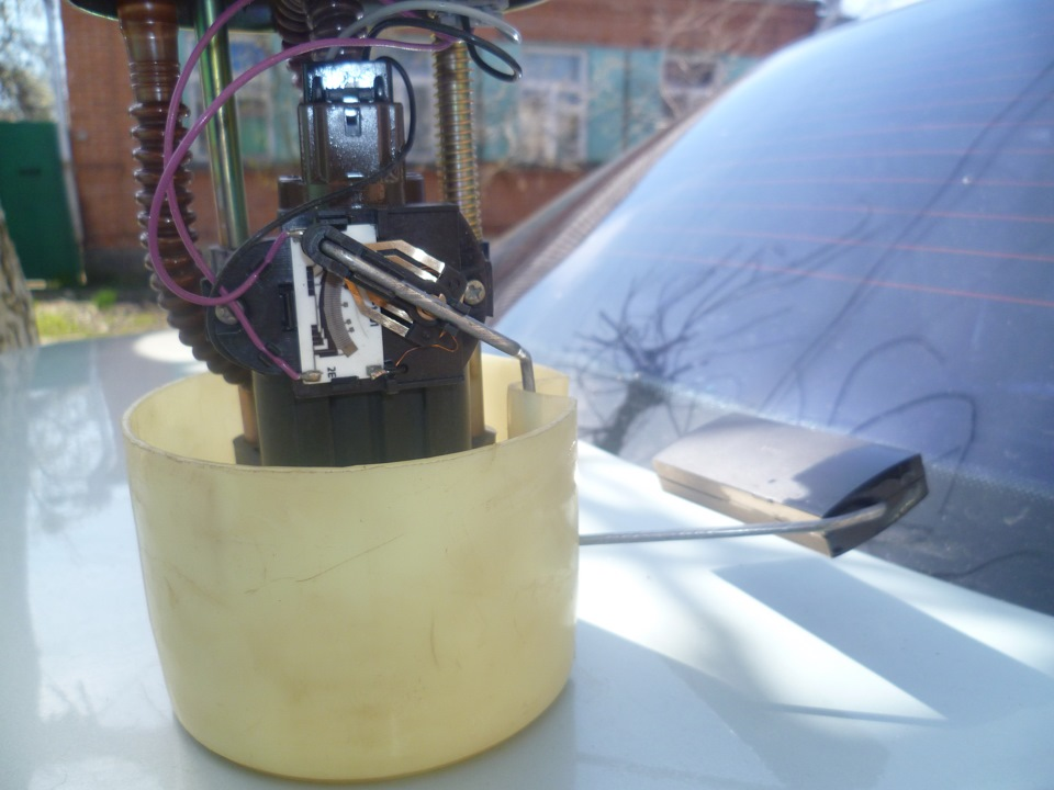 Фото №16 - ВАЗ 2110 замена датчика уровня топлива
