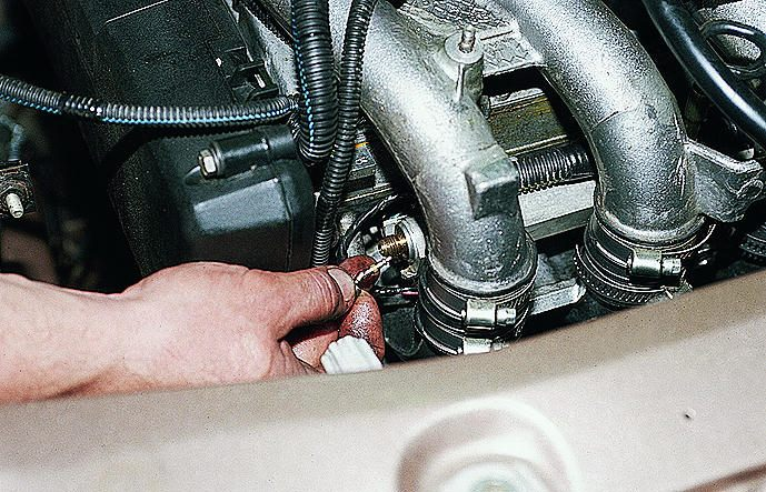 Фото №35 - регулятор давления топлива ВАЗ 2110 16 клапанов где находится
